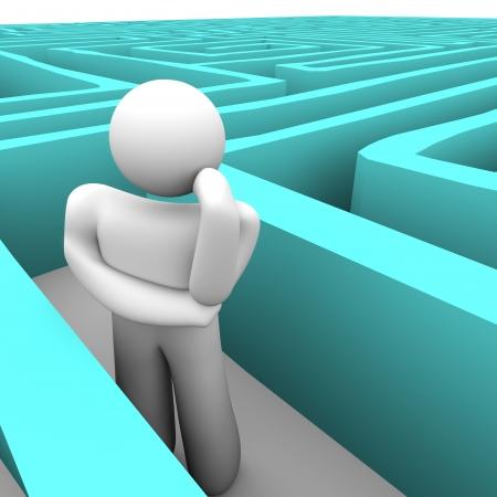 questionnement: Une personne coinc� dans un labyrinthe tentant de penser � une issue