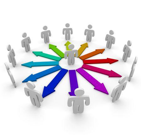 Vele pijlen van verschillende kleuren verbinden verschillende mensen in een communicatienetwerk  Stockfoto