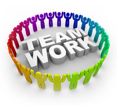 trabajo de equipo: Muchas personas de varios colores de pie alrededor de la palabra, trabajo en equipo