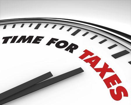 impuestos: Reloj con palabras tiempo en blanco para los impuestos en su cara