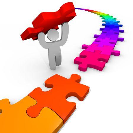 piezas de rompecabezas: Una persona coloca la última pieza del rompecabezas para resolverlo