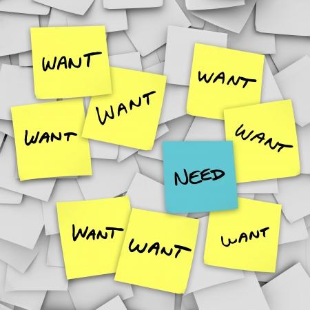 materialistic: Molti sticky note con la parola want su loro e uno con la parola need