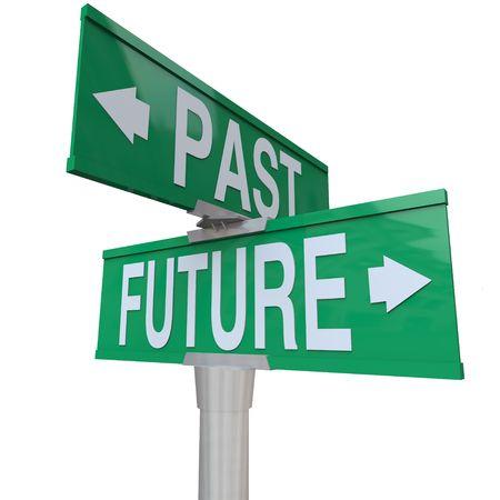 Un segno di strada verde bidirezionale che punta il passato e il futuro  Archivio Fotografico - 7299350