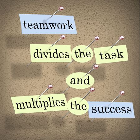 Pieces of paper each containing a word pinned to a cork board reading Teamwork Divides the Task and Multiplies the Success Banco de Imagens