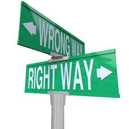 incorrecto: Un signo de calle verde bidireccional, apuntando al camino de la derecha y Wrong Way