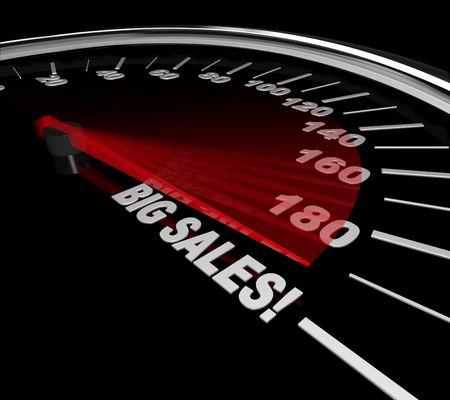 De naald op een snelheidsmeter verwijst naar de woorden van de grote verkoop Stockfoto