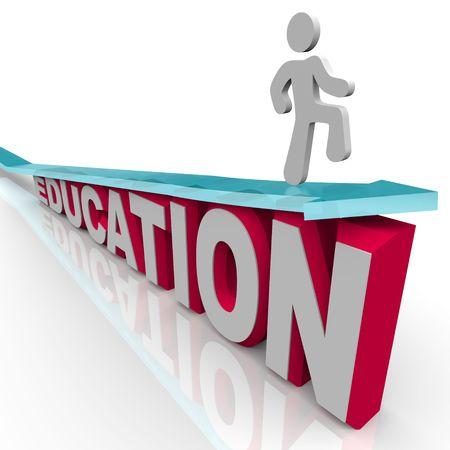 한 남자가 교육을 통해 새로운 높이에 도달하고, 단어 위에 화살표를 타고 스톡 콘텐츠