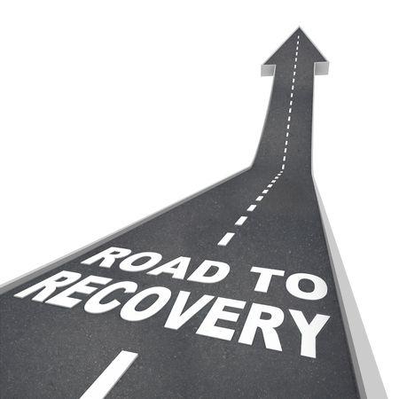 overcoming: Las palabras de camino a la recuperación en el pavimento de la carretera con una flecha hacia arriba en el cielo