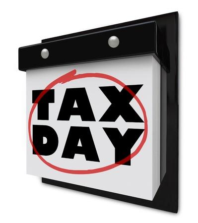 impuestos: Un calendario de pared con desgarro-lejos de p�ginas y palabras que leen el d�a de impuestos witha rojo c�rculo alrededor de ellos