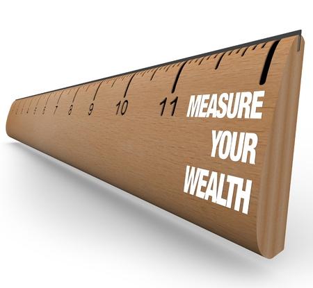Un righello di legno con le parole Measuring Your Wealth, che simboleggia l'importanza della strategia di investimento Archivio Fotografico - 8711475