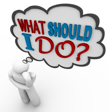 dudando: Un hombre reflexiona sobre una pregunta - preguntándose qué debe hacer con las palabras en una nube de pensamiento Foto de archivo