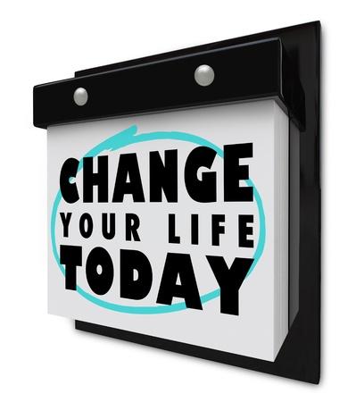 눈물을 뺀 페이지가있는 벽면 달력과 오늘 당신의 삶을 변화시키는 단어 스톡 콘텐츠