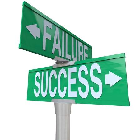 Un signo de calle bidireccional verde hacia el éxito y el fracaso, simbolizando está en una encrucijada y decidir entre una bueno y malo resultado o destino
