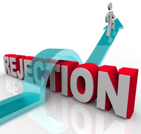 overcoming: Una persona salta la palabra rechazo, montando una flecha para el éxito Foto de archivo