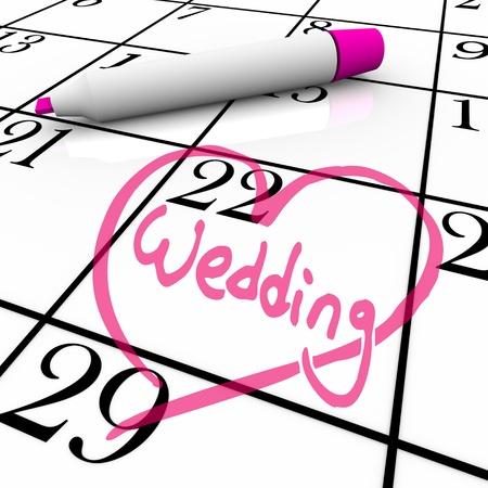 verlobt: Das Datum einer Hochzeit ist in einem weißen Kalender mit einem Magenta farbigen Marker, umgeben von einem gezeichneten Herz eingekreiste Lizenzfreie Bilder