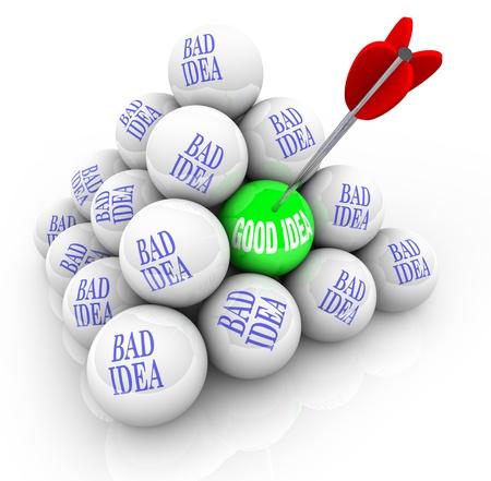 Een pijl slaat een bal in een goed idee, symboliseert de jacht voor een geweldig concept temidden van vele slechte ideeën gemarkeerd pyrmaid Stockfoto