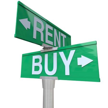 rental: Un signo de calle verde bidireccional, apuntando a comprar y alquilar, simbolizando est� en una encrucijada y decidir entre alquilar una casa, autom�vil u otro objeto frente a los beneficios de la compra