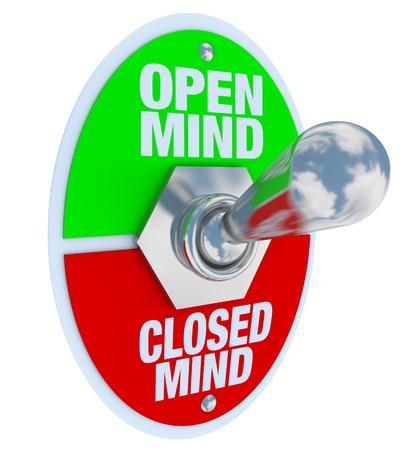 actitud positiva: Un conmutador de alternar metal con placa de leer la mente abierta y mente cerrada, volteado en la posici�n abierta, simbolizando la decisi�n de ser tolerante con las diferencias Foto de archivo