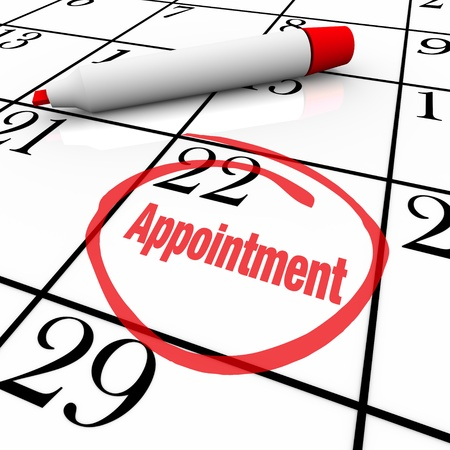 schedules: Un d�a tiene una restricci�n en un calendario blanco con un marcador de color rojo, con la palabra cita como un recordatorio de una reuni�n especial