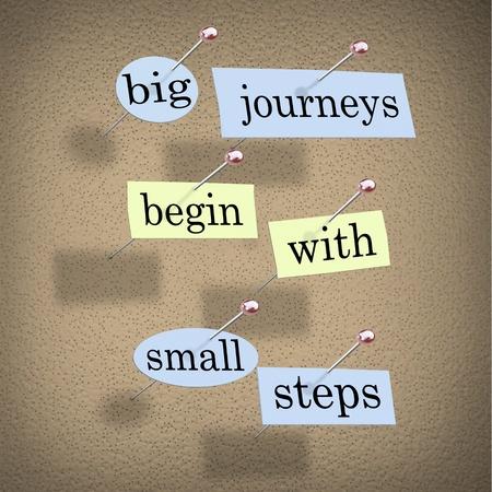 큰 저니를 읽는 코르크 보드에 고정 된 단어가 들어있는 종이 조각들 작은 걸음으로 시작하기 스톡 콘텐츠