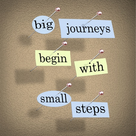 inspirerend: Stukjes papier elk bevatten een woord gespeld aan een kurk boord lezen grote reizen beginnen met kleine stapjes