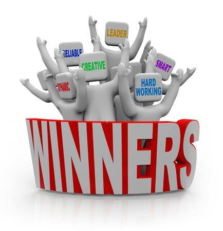 Een groep juichende mensen met teamwerk kwaliteiten op hun hoofd--leider, slimme, hardwerkende, creatief, betrouwbare, dynamische--die achter het woord winnaars Stockfoto