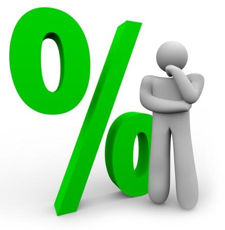 男は異なる金利や統計情報の比較を表す緑のパーセント記号の前に考えています。