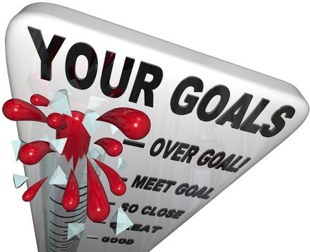 명시된 임무 또는 목표를 초과 달성 한 업적을 상징하는 유리를 통해 침입 한 목표 및 수은을 추적하는 온도계 스톡 콘텐츠