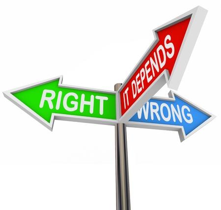 ethic: Tre segni di freccia colorata lettura destra, sbagliato e dipende, illustrando la difficolt� a scegliere tra due scenari opposti quando una via di mezzo � necessario a seconda della situazione