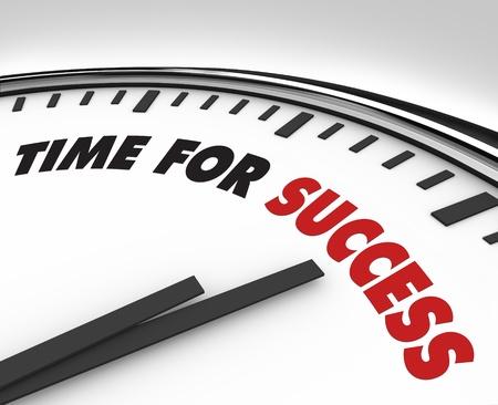Blanco reloj con tiempo de palabras para el éxito en su cara, simboliza la unidad y el deseo de realización personal y profesional en negocios o en otras actividades en la vida Foto de archivo - 9552295
