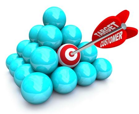 ターゲットを絞ったマーケティングとボールのピラミッドでターゲットを打つの矢印によって象徴される、新しい顧客を見つけること 写真素材
