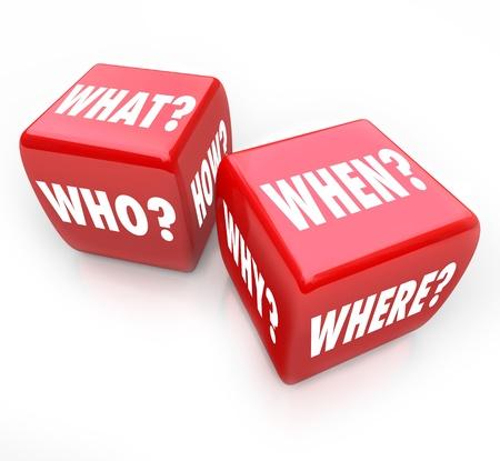Twee rode dobbelstenen met de woorden wie, wat, waar, wanneer, waarom en hoe op hun gezichten, symboliseert de zoektocht naar antwoorden en het risico in zoeken naar antwoorden Stockfoto