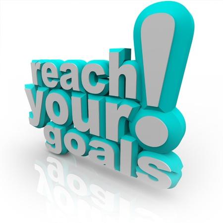 exito: Las palabras de alcanzar sus objetivos en letras azules 3D, alentando a mejorar y comprometerse a su objetivo y alcanzar el �xito Foto de archivo
