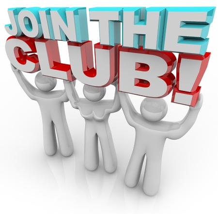 Drei-Personen - zwei Männer und eine Frau - halten 3d Buchstaben lesen Join the Club, die die persönliche Zufriedenheit und Wachstum, die jemand fühlen kann, wenn ein Mitglied einer Organisation oder Gruppe mit einem gemeinsamen Ziel zu