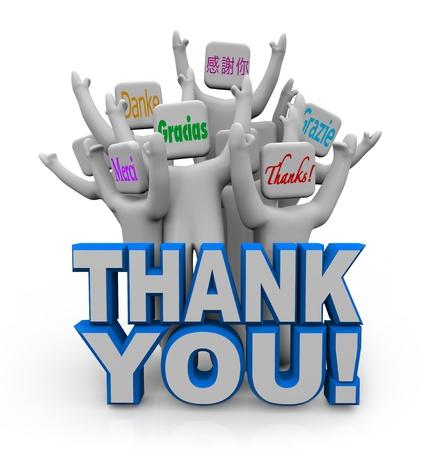 agradecimiento: Un grupo de gente divertida con frases significa gracias en idiomas de todo el mundo Foto de archivo