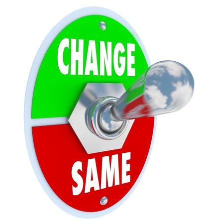 innoveren: Een metalen tuimelschakelaar met plaat lezen van verandering en hetzelfde, omgedraaid in dezelfde positie, ter illustratie van het besluit om te werken in de richting wijzigen of verbeteren van uw situatie in het leven