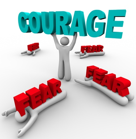 Jedna osoba stoi, trzymając słowo Odwaga, pokonując swój strach, podczas gdy inni wokół niego ulegają Strachowi i są pokonani i zmiażdżeni przez to słowo