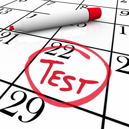 De 22ste dag van de maand wordt omcirkeld in een witte agenda met een rode markering met het woord Test erin, ter illustratie van de datum van een onderzoek of examen voor medische of onderwijs redenen