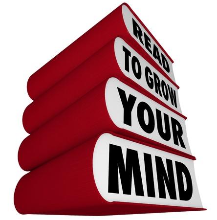 Een stapel boeken met rode stekels en covers en het bericht te lezen om je geest te groeien, illustreert het belang van het lezen van een uitbreiding Stockfoto