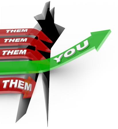 Het woord dat u op een pijl springen over een uitdaging of belemmering terwijl uw concurrenten, rode pijlen hen gemarkeerd, vallen in een spleet en verliest terwijl je de competitie wint Stockfoto