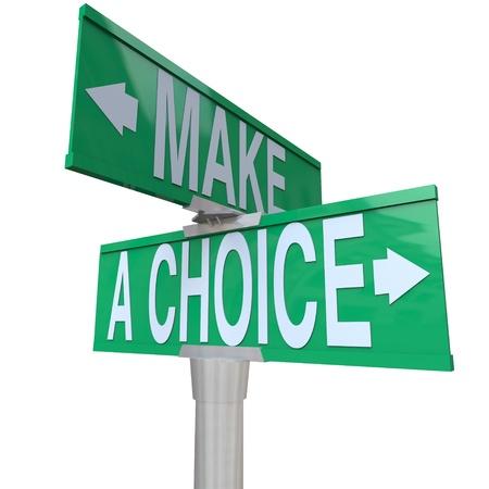 Een groene twee richtingen straat teken verwijst naar de woorden maken een keuze, ter illustratie van de noodzaak om te kiezen tussen 2 verschillende alternatieven in zaken of leven in het algemeen Stockfoto