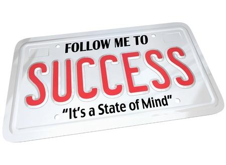 Une plaque de métal blanc de licence avec les mots Suivez-moi pour la réussite, c'est un état d'esprit. Conçu pour automobile ou autre véhicule et de la métaphore pour conduire à un avenir couronné de succès Banque d'images