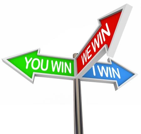 ganar: Tres signos de flecha colorido ganas de leer, que ganar, ganamos, que representa la victoria compartida de un compromiso para resolver una disputa