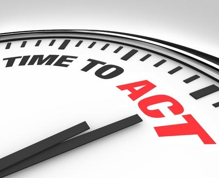 Blanca reloj con palabras tiempo al acto, que representa el deseo de realizar en la actuación o la necesidad de pasar a la acción y realizar un trabajo de tarea hacia un objetivo Foto de archivo