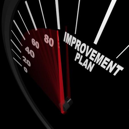 Een snelheidsmeter met rode naald wijst naar de woorden van verbetering Plan, symboliseert het station en de ambitie nodig kunnen veranderen en verbeteren in om succesvol te zijn in het bereiken van doelen in het leven of een carrière Stockfoto
