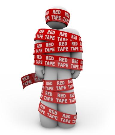 Una persona está envuelto en cinta roja con las palabras que burocracia repite todo sobre él, que representa conseguir atrapado en un embrollo de normas burocráticas, reglamentos y procedimientos al intentar obtener algo Foto de archivo