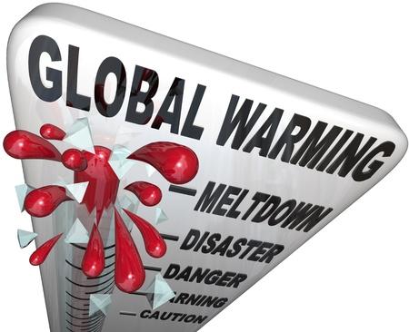 calentamiento global: Un termómetro con las palabras del calentamiento Global y mercury rising pasado niveles llamado colapso, desastres, peligro, advertencia y precaución, aumento de la temperatura a niveles de crisis Foto de archivo