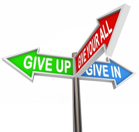 Trois flèche coloré lecture des signes Give Up, Give In ou tout donner illustrant les choix que vous avez soit de céder à l'adversité ou de maintenir une attitude positive et la réussite