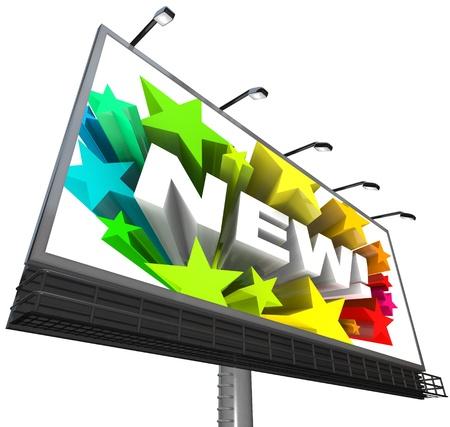 anunciar: La palabra nueva rodeada de estrellas coloridas aparece en un cartel anunciando y publicidad de un producto nuevo y mejorado o servicio