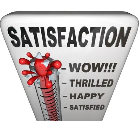 servicio al cliente: Un term�metro con la palabra satisfacci�n mide la felicidad de una persona o un cliente tiene con su experiencia en una o en otro entorno, con el mercury rising pasado niveles por satisfecho, feliz, emocionado y wow Foto de archivo
